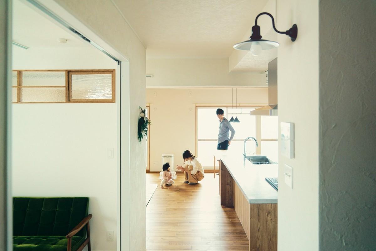 リビングダイニング事例:廊下から見たリビング&キッチン(smish)