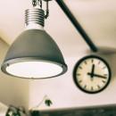 音楽と料理が楽しめる家の写真 照明と時計