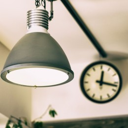 音楽と料理が楽しめる家 (照明と時計)