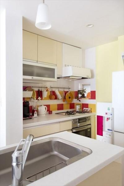 キッチン(コンロ側) (カラフルな色にこだわった快適空間)