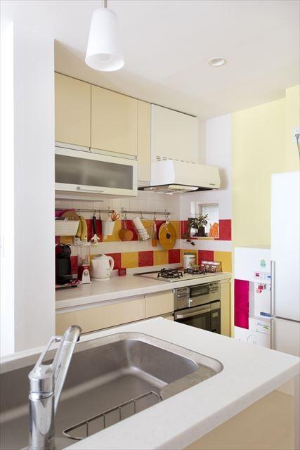 キッチン事例:キッチン(コンロ側)(カラフルな色にこだわった快適空間)