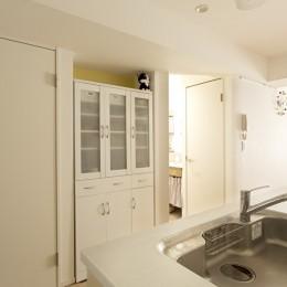 カラフルな色にこだわった快適空間 (キッチン側から見た景色)