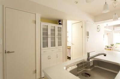 キッチン側から見た景色 (カラフルな色にこだわった快適空間)
