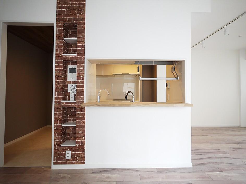 アクセントウォールでスタイリッシュな空間に (キッチン)