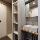 ヴィンテージ+和モダンをとり入れた、心おちつく空間の写真 洗面室