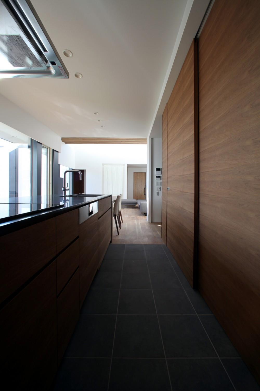 倫季の家(りんきのいえ)~自然光を取り込んだ平屋~ (一体感のあるキッチンと収納)