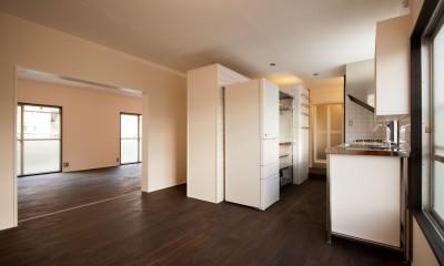 竹の台団地の白い家|京都府長岡京市の団地リノベーション。カリスマ主婦石黒智子さんご自宅の厨房を模したキッチンを中心にシンプルで自由な暮らしを実現。