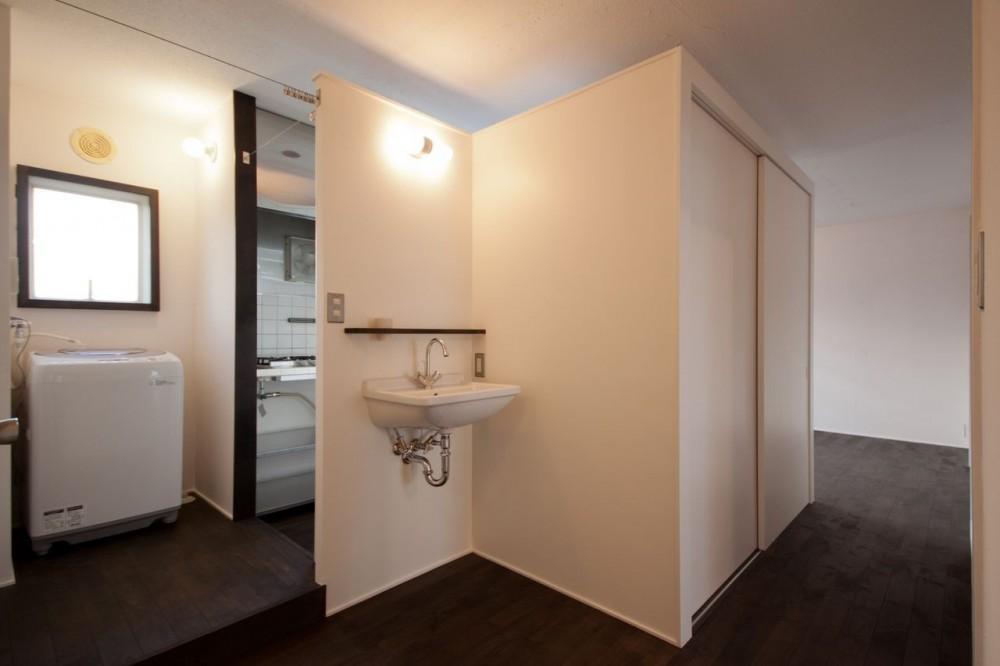 吉永建築デザインスタジオ「竹の台団地の白い家|京都府長岡京市の団地リノベーション。カリスマ主婦石黒智子さんご自宅の厨房を模したキッチンを中心にシンプルで自由な暮らしを実現。」