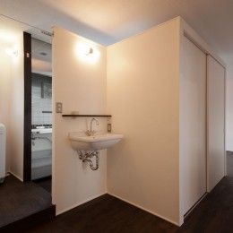 竹の台団地の白い家|京都府長岡京市の団地リノベーション。カリスマ主婦石黒智子さんご自宅の厨房を模したキッチンを中心にシンプルで自由な暮らしを実現。 (洗面、洗濯スペース)