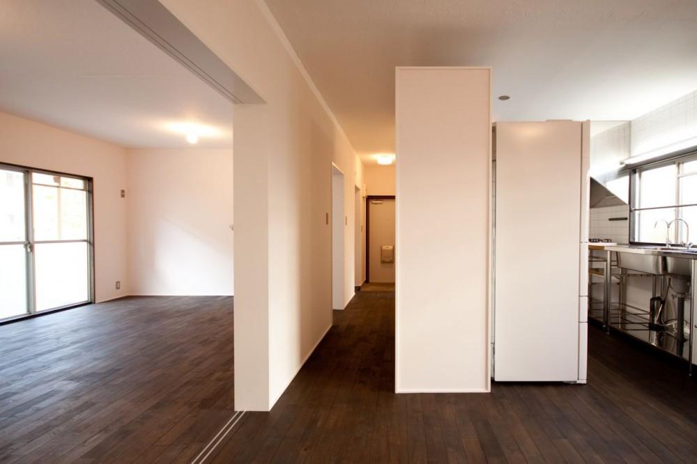 竹の台団地の白い家|京都府長岡京市の団地リノベーション。カリスマ主婦石黒智子さんご自宅の厨房を模したキッチンを中心にシンプルで自由な暮らしを実現。 (リビング、ダイニングキッチン)