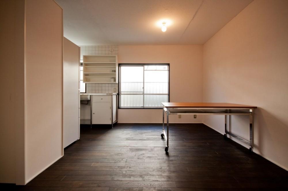 竹の台団地の白い家|京都府長岡京市の団地リノベーション。カリスマ主婦石黒智子さんご自宅の厨房を模したキッチンを中心にシンプルで自由な暮らしを実現。 (ダイニングキッチン)