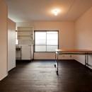 竹の台団地の白い家|京都府長岡京市の団地リノベーション。カリスマ主婦石黒智子さんご自宅の厨房を模したキッチンを中心にシンプルで自由な暮らしを実現。の写真 ダイニングキッチン