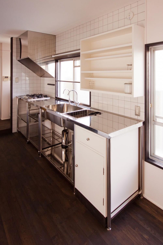 竹の台団地の白い家|京都府長岡京市の団地リノベーション。カリスマ主婦石黒智子さんご自宅の厨房を模したキッチンを中心にシンプルで自由な暮らしを実現。 (キッチン)