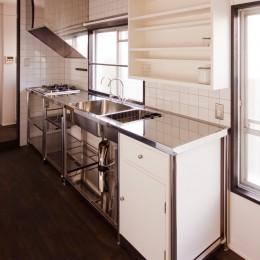 キッチン (竹の台団地の白い家|京都府長岡京市の団地リノベーション。カリスマ主婦石黒智子さんご自宅の厨房を模したキッチンを中心にシンプルで自由な暮らしを実現。)