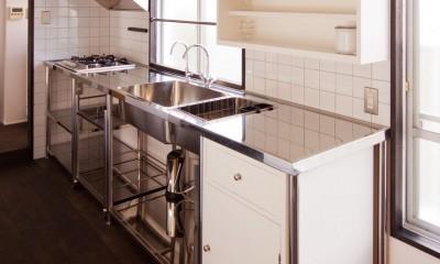 キッチン|竹の台団地の白い家|京都府長岡京市の団地リノベーション。カリスマ主婦石黒智子さんご自宅の厨房を模したキッチンを中心にシンプルで自由な暮らしを実現。