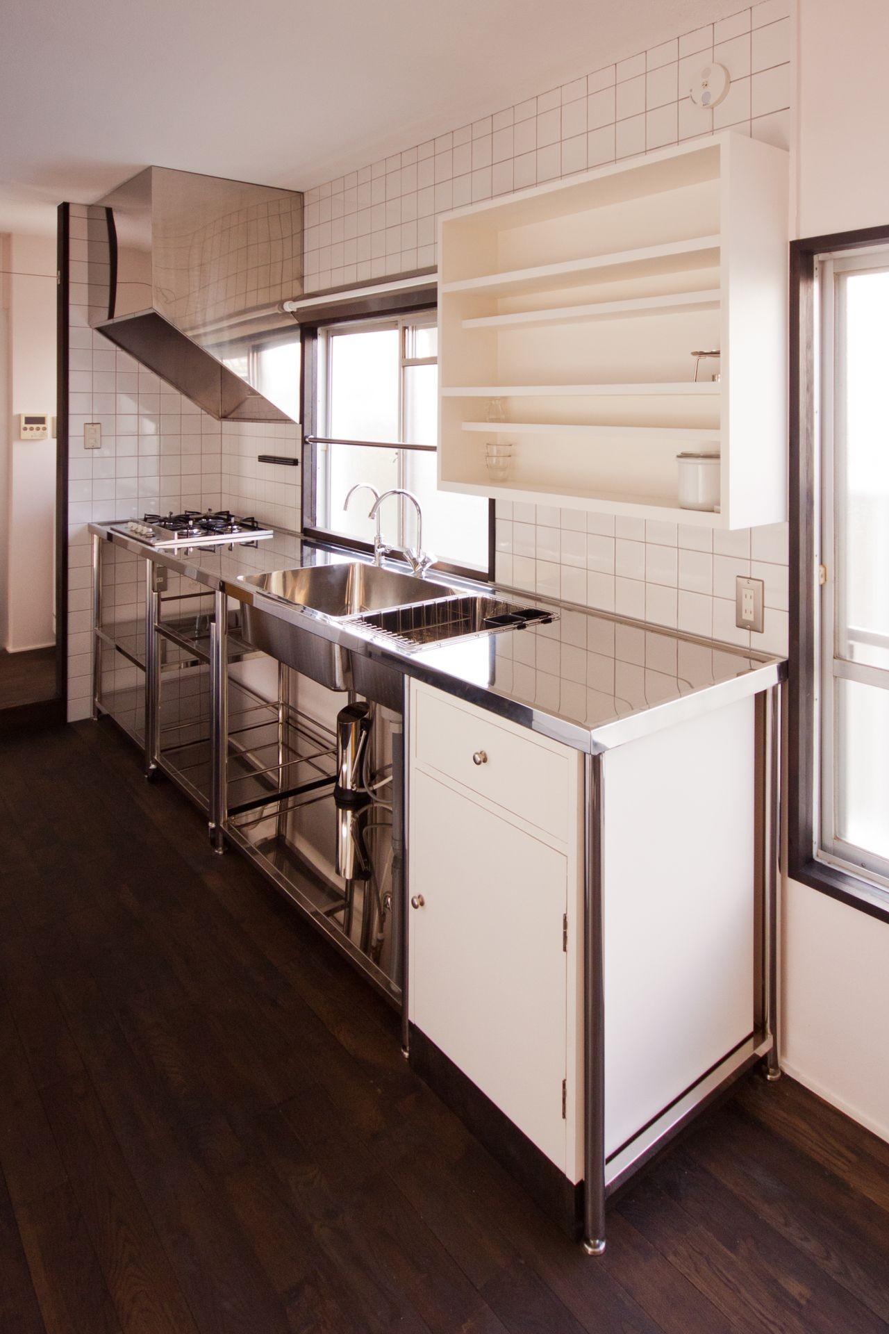 キッチン事例:キッチン(竹の台団地の白い家|京都府長岡京市の団地リノベーション。カリスマ主婦石黒智子さんご自宅の厨房を模したキッチンを中心にシンプルで自由な暮らしを実現。)