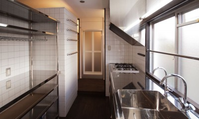 竹の台団地の白い家 京都府長岡京市の団地リノベーション。カリスマ主婦石黒智子さんご自宅の厨房を模したキッチンを中心にシンプルで自由な暮らしを実現。 (キッチン)