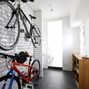 玄関が広くドアのない空間は、明るく開放的で暮らしやすさ抜群。の写真 自転車が出迎える玄関土間