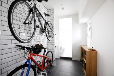 自転車が出迎える玄関土間 (玄関が広くドアのない空間は、明るく開放的で暮らしやすさ抜群。)