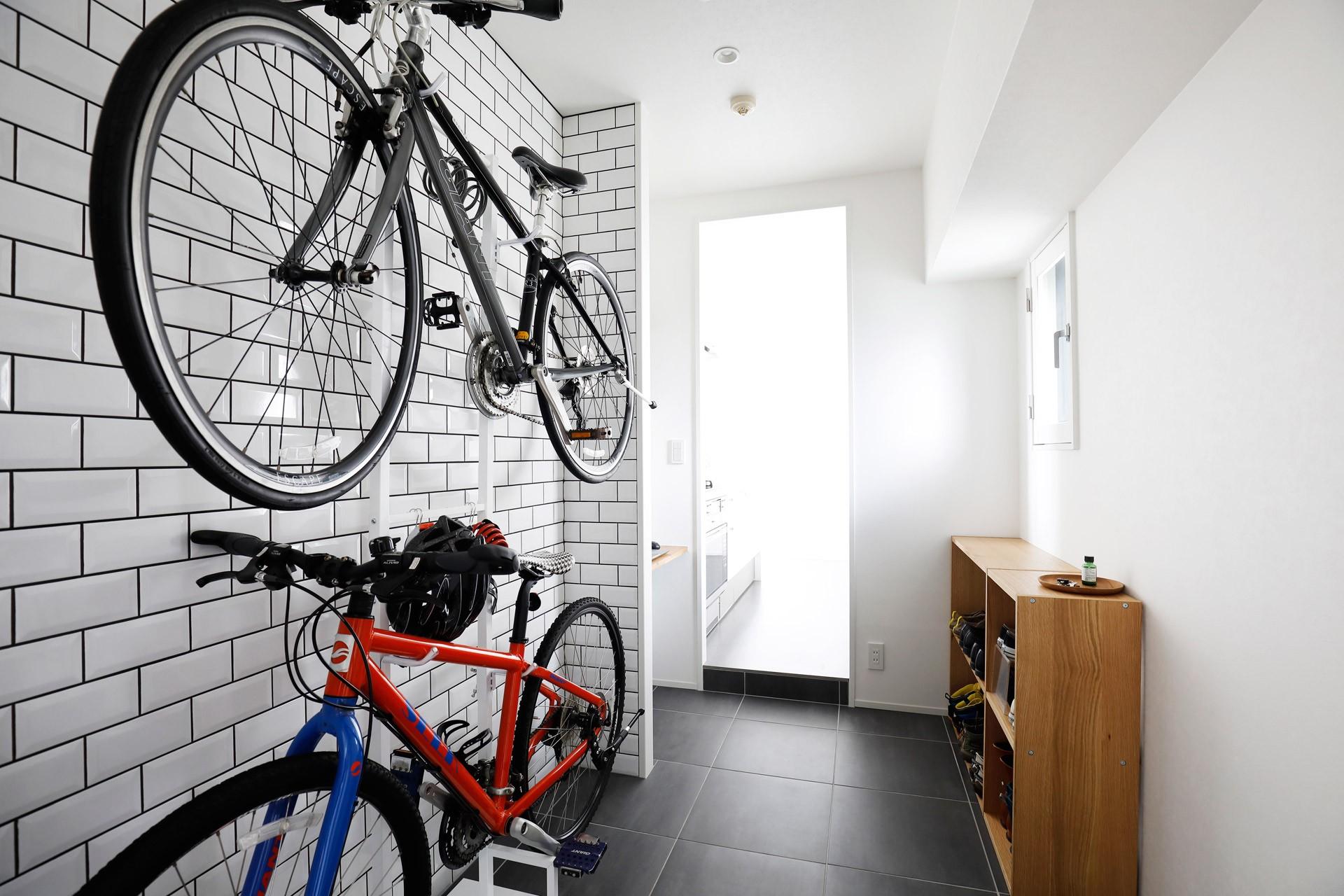 玄関事例:自転車が出迎える玄関土間(玄関が広くドアのない空間は、明るく開放的で暮らしやすさ抜群。)