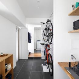 玄関スペースにはワークデスクも完備 (玄関が広くドアのない空間は、明るく開放的で暮らしやすさ抜群。)