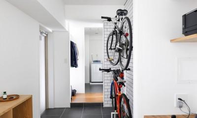 玄関が広くドアのない空間は、明るく開放的で暮らしやすさ抜群。 (玄関スペースにはワークデスクも完備)