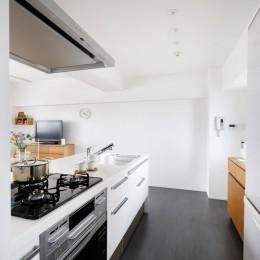 キッチン (玄関が広くドアのない空間は、明るく開放的で暮らしやすさ抜群。)