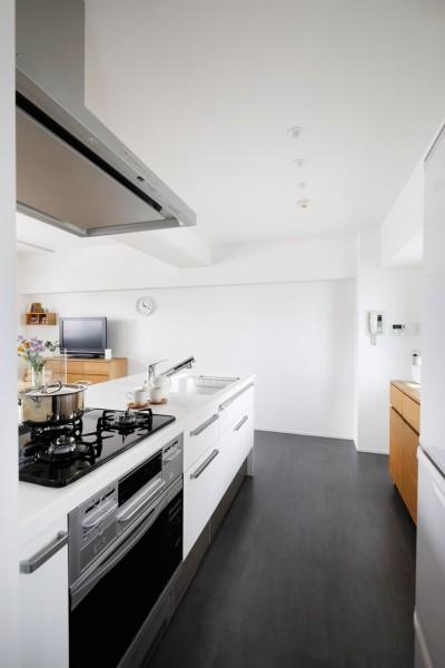 玄関が広くドアのない空間は、明るく開放的で暮らしやすさ抜群。 (キッチン)