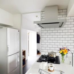 玄関の脇がすぐキッチン (玄関が広くドアのない空間は、明るく開放的で暮らしやすさ抜群。)