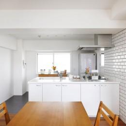 玄関が広くドアのない空間は、明るく開放的で暮らしやすさ抜群。 (ダイニングキッチン)