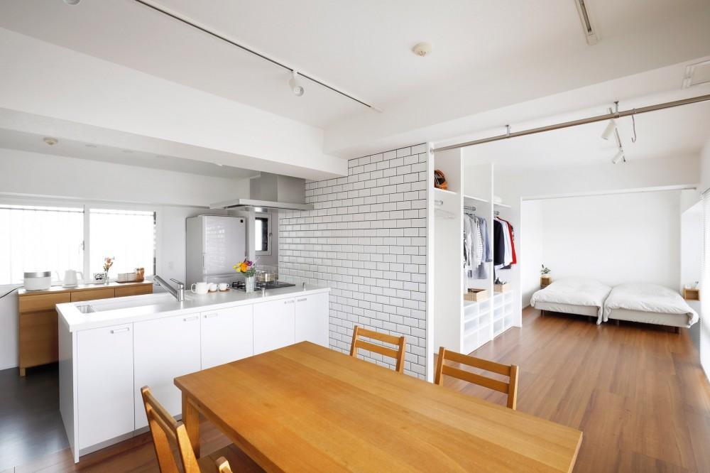 玄関が広くドアのない空間は、明るく開放的で暮らしやすさ抜群。 (ドアがない。ぐるりと回遊できる部屋)