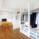 玄関が広くドアのない空間は、明るく開放的で暮らしやすさ抜群。の写真 収納もオープンに