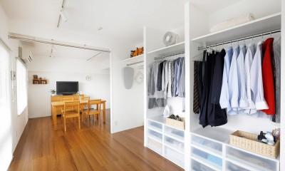玄関が広くドアのない空間は、明るく開放的で暮らしやすさ抜群。 (収納もオープンに)