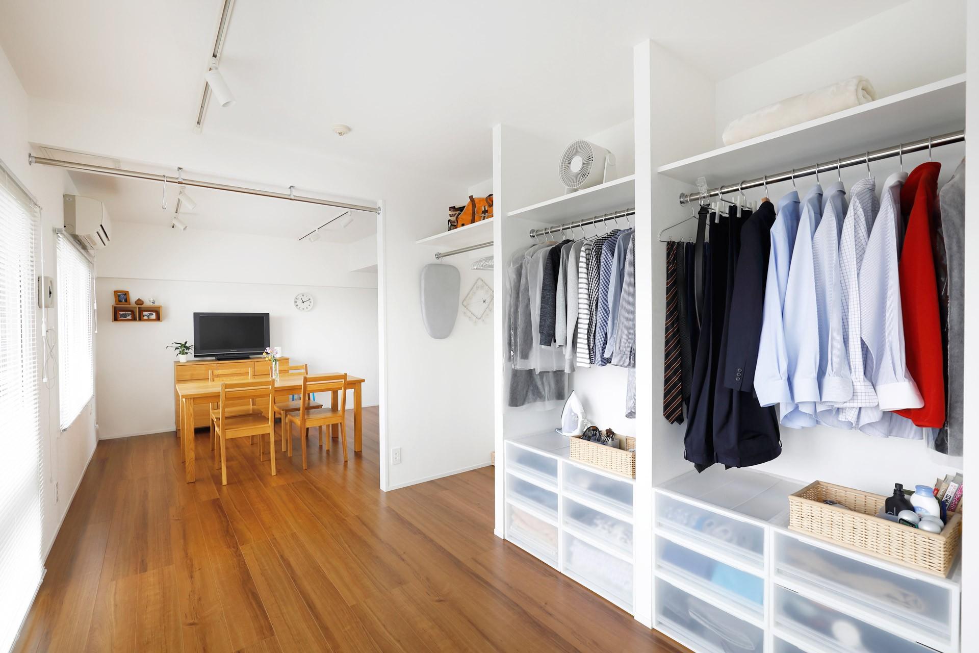 収納事例:収納もオープンに(玄関が広くドアのない空間は、明るく開放的で暮らしやすさ抜群。)