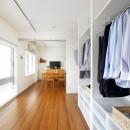 玄関が広くドアのない空間は、明るく開放的で暮らしやすさ抜群。の写真 寝室からみたリビングダイニング