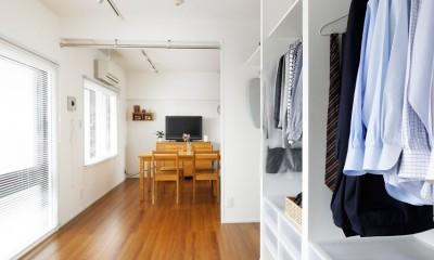 玄関が広くドアのない空間は、明るく開放的で暮らしやすさ抜群。 (寝室からみたリビングダイニング)