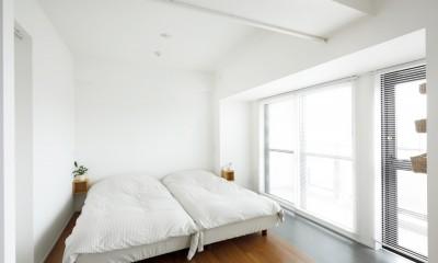 玄関が広くドアのない空間は、明るく開放的で暮らしやすさ抜群。 (寝室)
