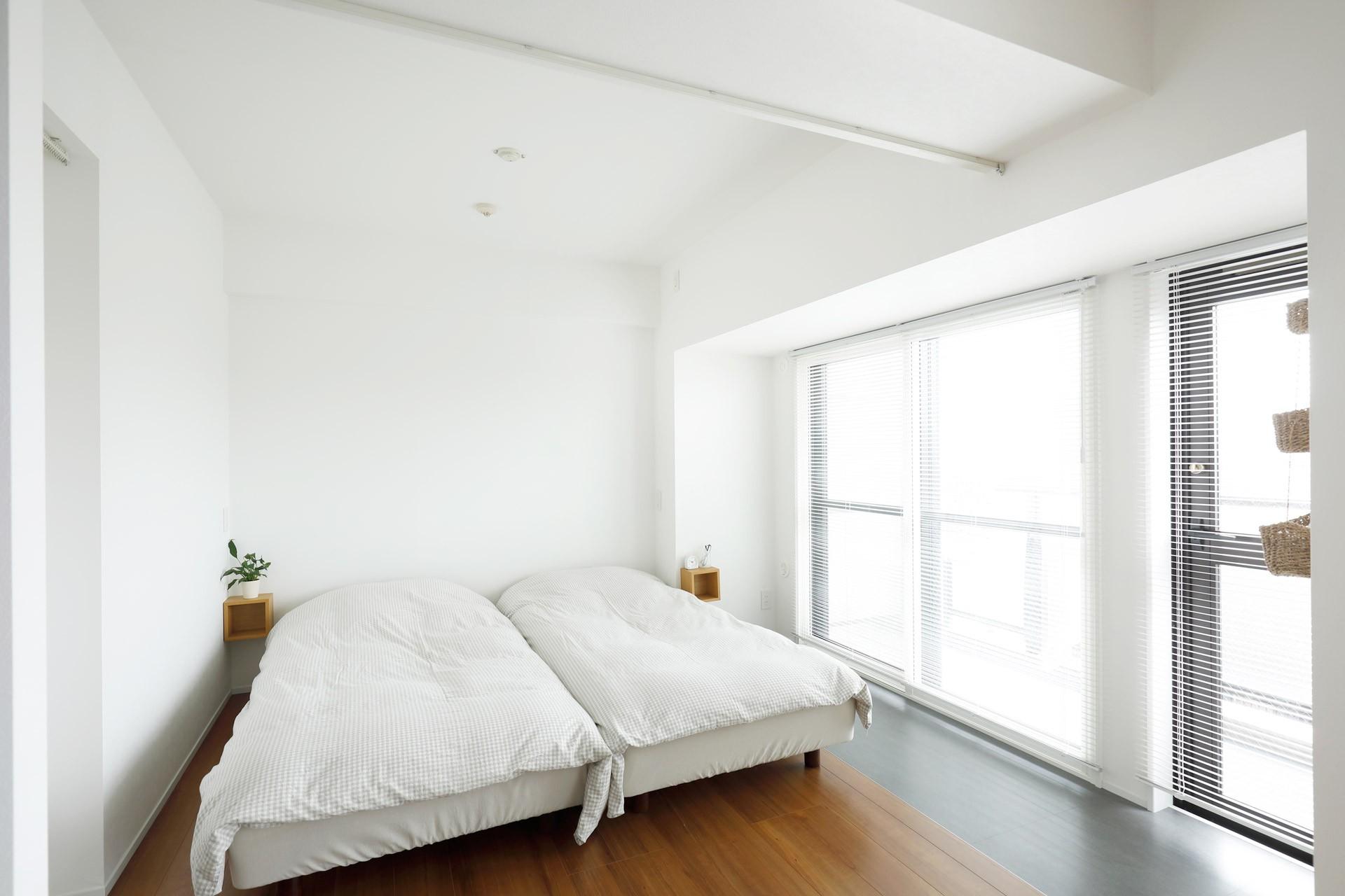 リビングダイニング事例:寝室(玄関が広くドアのない空間は、明るく開放的で暮らしやすさ抜群。)