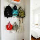 玄関が広くドアのない空間は、明るく開放的で暮らしやすさ抜群。の写真 バック置き場はDIYで