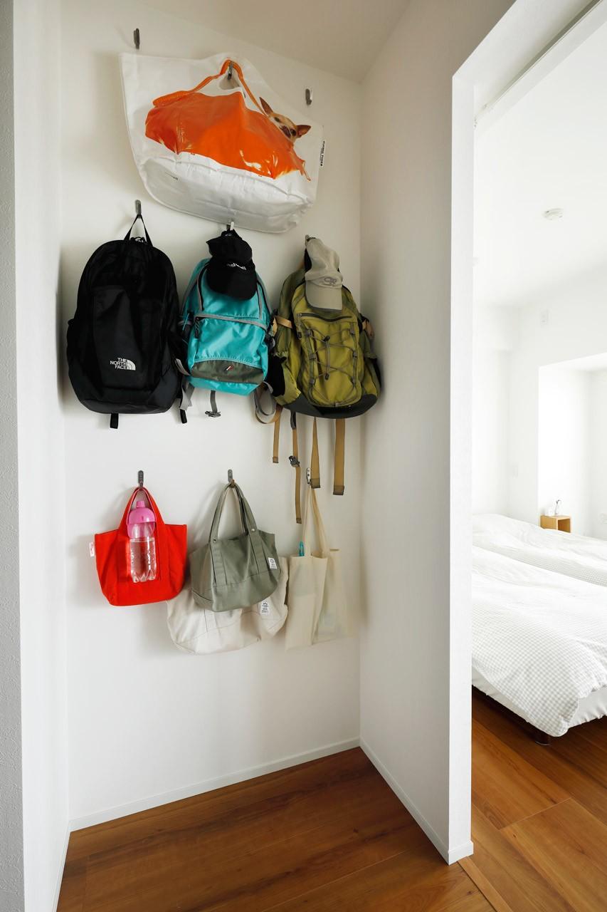 収納事例:バック置き場はDIYで(玄関が広くドアのない空間は、明るく開放的で暮らしやすさ抜群。)
