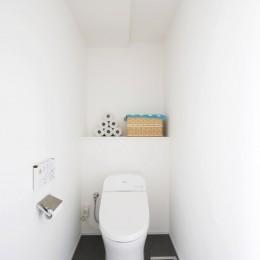 玄関が広くドアのない空間は、明るく開放的で暮らしやすさ抜群。 (トイレ)
