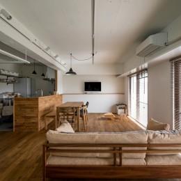 テレビをダイニング越に配置しゆったりとした空間に