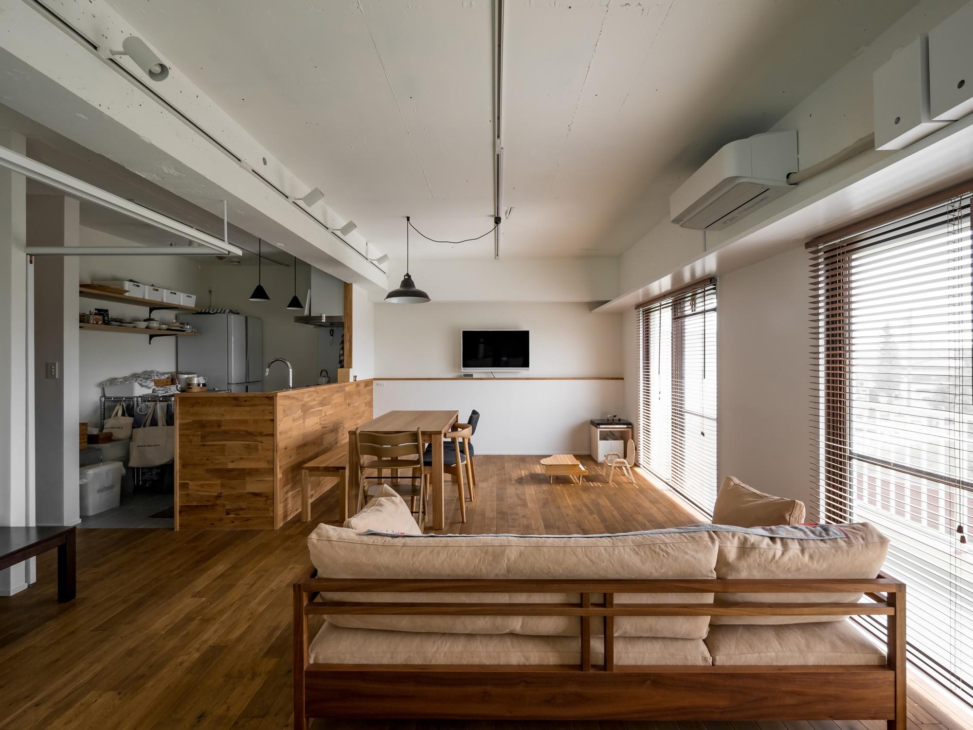 リビングダイニング事例:テレビをダイニング越に配置しゆったりとした空間に(素因数の家 すくすくリノベーションvol.11)