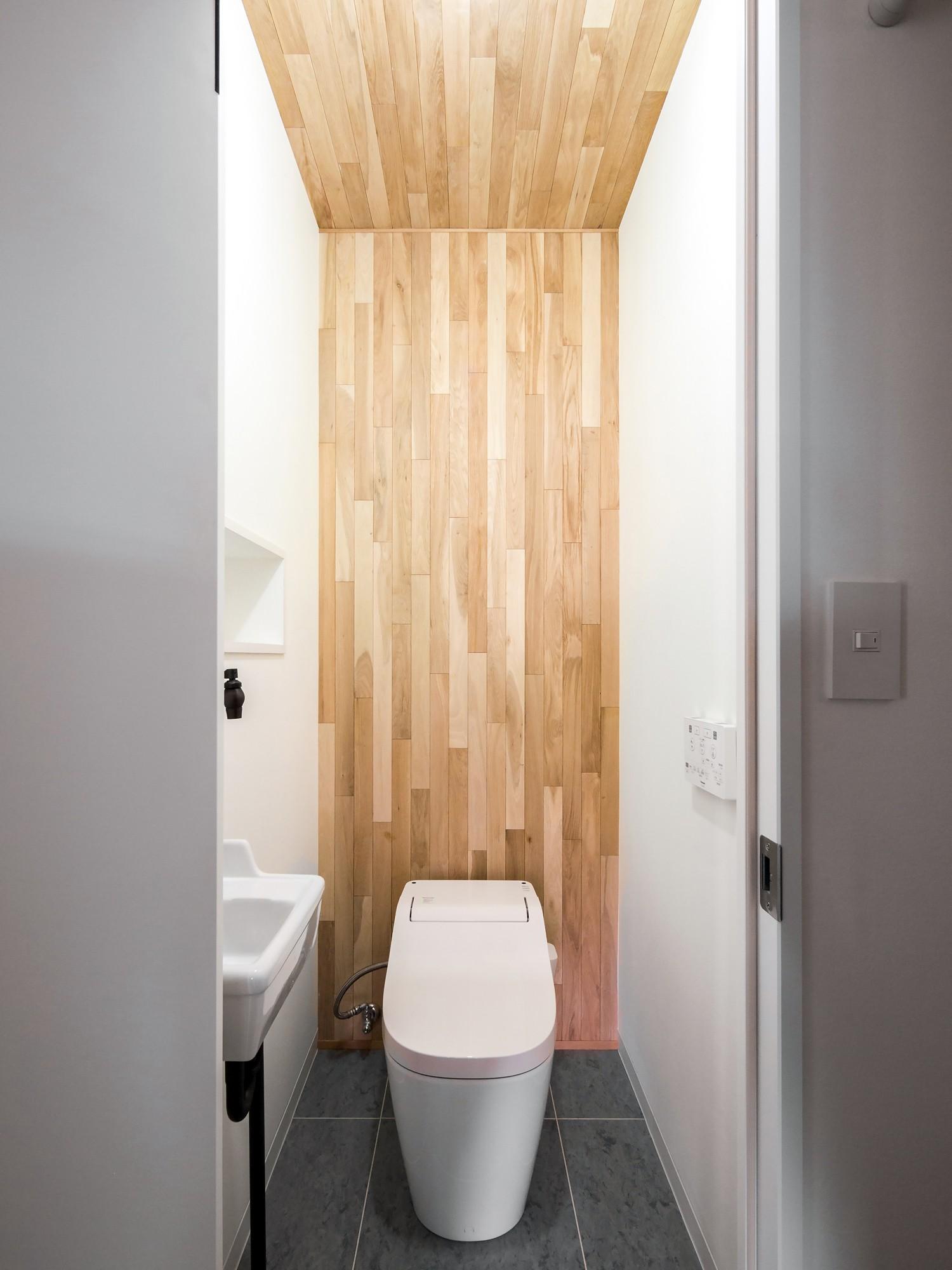 バス/トイレ事例:木をアクセントにしたトイレ空間(素因数の家 すくすくリノベーションvol.11)