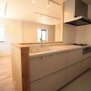 無垢材と色にこだわった家の写真 キッチン