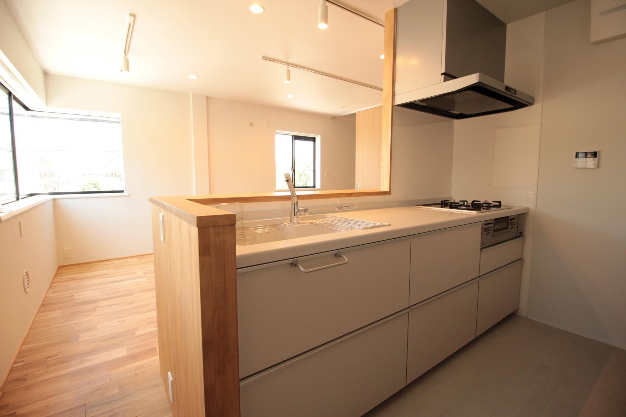 キッチン事例:キッチン(無垢材と色にこだわった家)