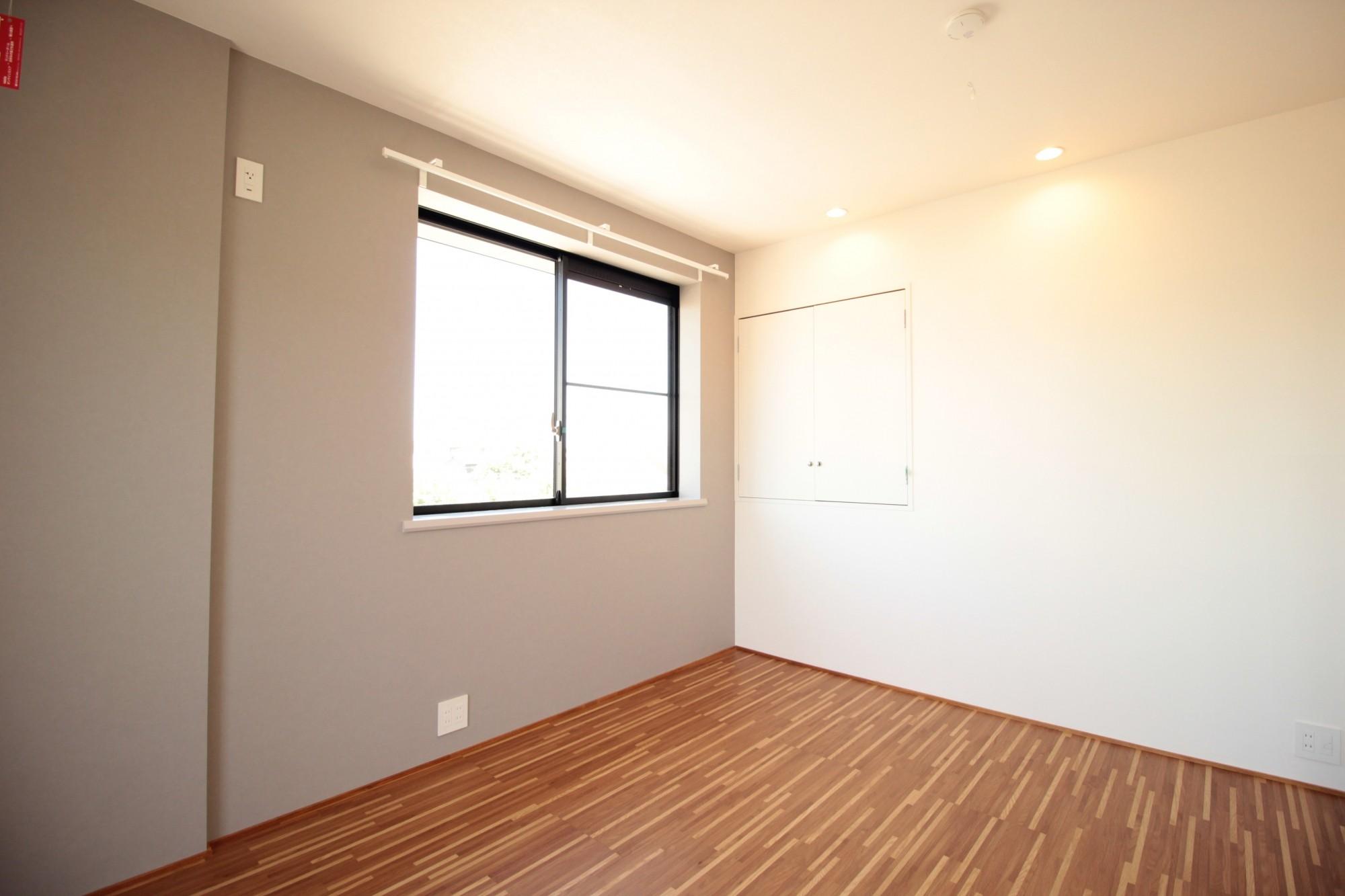 その他事例:ベッドルーム(無垢材と色にこだわった家)