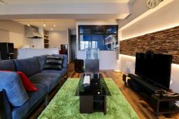 天然素材と室内窓が創る空間 (リビングダイニング)