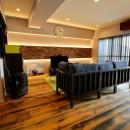 天然素材と室内窓が創る空間の写真 リビングダイニング