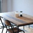 天然素材と室内窓が創る空間の写真 ダイニングテーブル